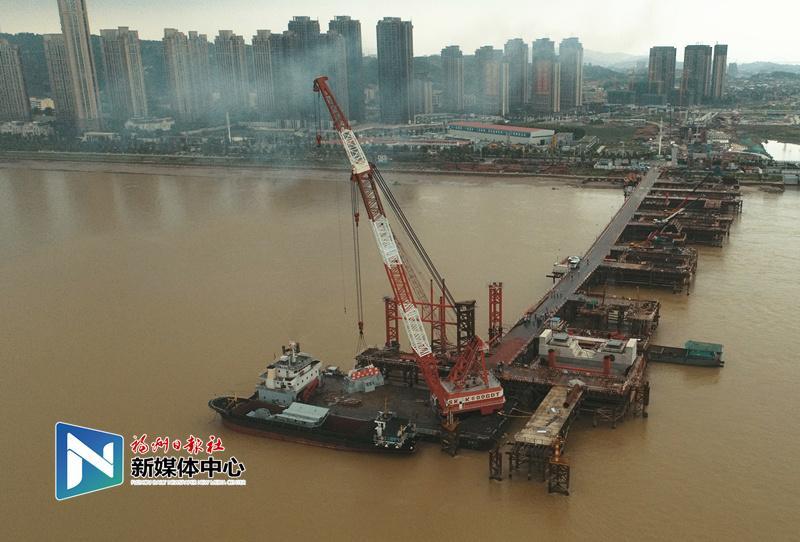 道慶洲大橋跨江主橋鋼桁梁首件吊裝成功