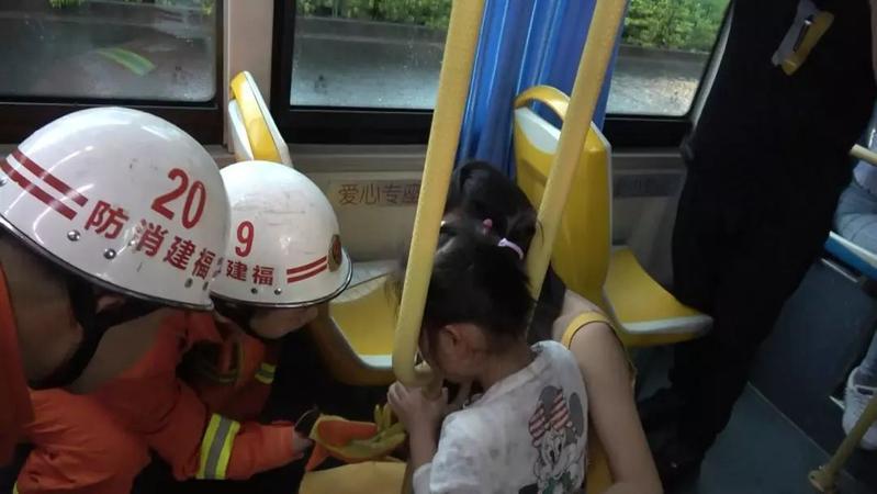 福州鼓楼3岁萌娃头被卡在床头护栏,消防迅速处置!