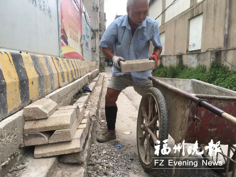填坑挖沟铺路 福州七旬老人义务修村道