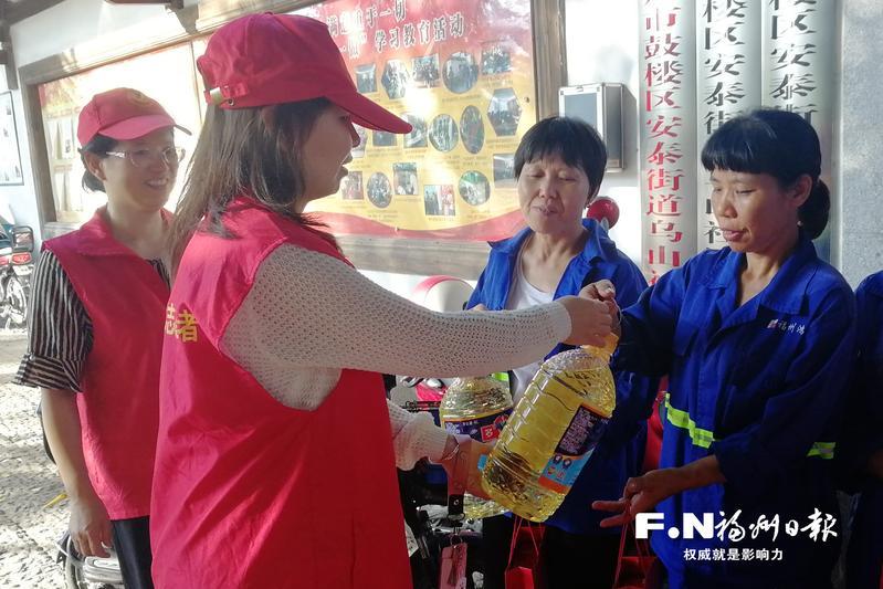 乌山社区举办中秋活动 保洁人员受关爱