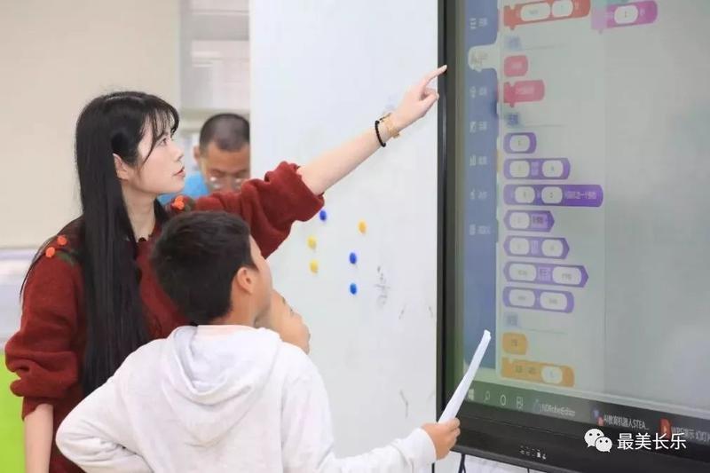 AI大姐姐走进长乐小学课堂,教室里的一片欢呼……
