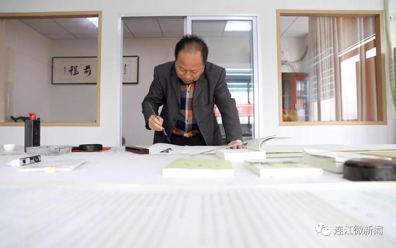 耗时3个多月 连江退休干部书写20米长十九大报告全文