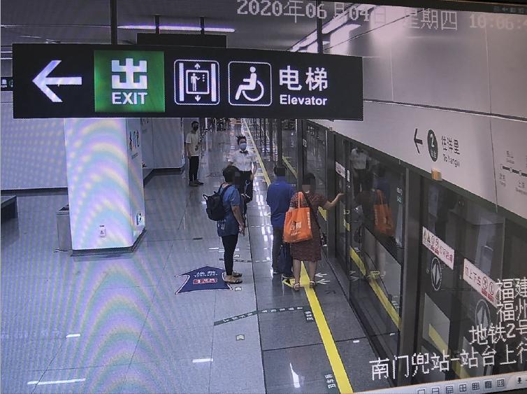"""危险!""""抢秒""""上地铁,婴儿上车老人落站台"""